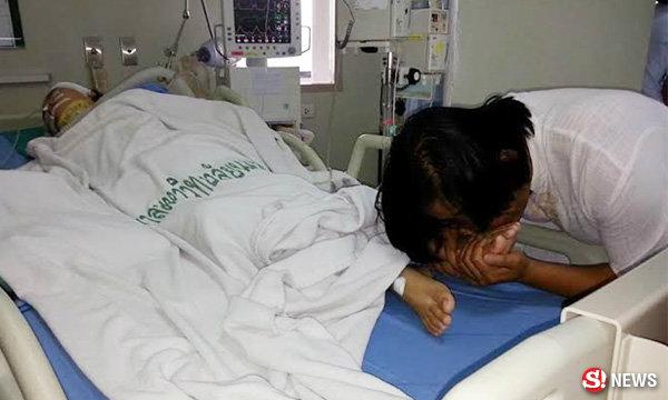 ภาพสะเทือนใจ แม่หอมเท้าลูกสาวกตัญญู โคม่าหลังถูกรถชน
