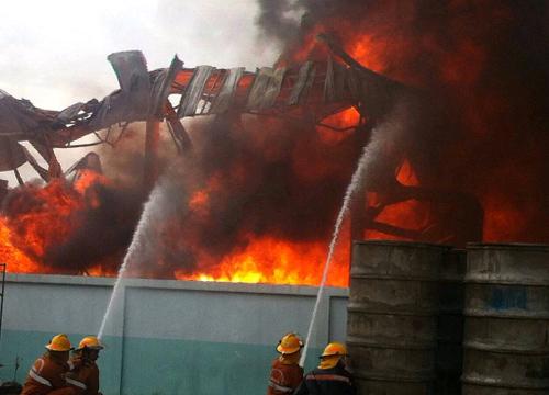 โรงงานแก๊สบึ้มย่านตลาดวงศกรปทุมฯ-คุมเพลิงได้แล้ว
