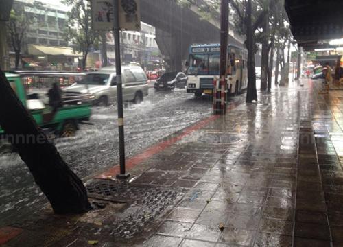 ฝนถล่มกรุงหนักหลายเส้นทางรถติดน้ำเริ่มเอ่อ