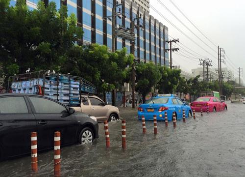 ฝนถล่มกรุง!ถ.วิภาฯน้ำขัง,สาทรใต้ท่วม-จราจรหลายจุดหนึบ