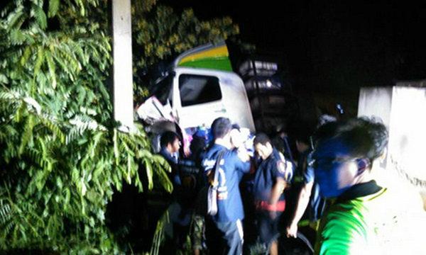รถพ่วงชนท้ายแท็กซี่-อัดเสาไฟ สยอง 4 ศพ ทารกรอดปาฏิหาริย์