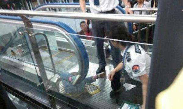 เด็กจีนร่างติดใต้ราวบันไดเลื่อน เสียชีวิตต่อหน้าแม่