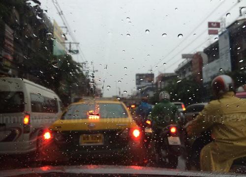 ฝนถล่มพระราม4-ลาดพร้าวจราจรติดขัดน้ำขังบางจุด