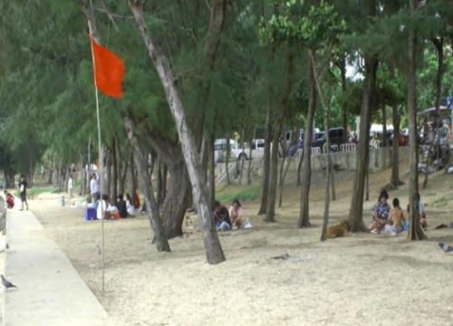 ชายหาดจันทบุรีปักธงแดงห้ามเล่นน้ำ