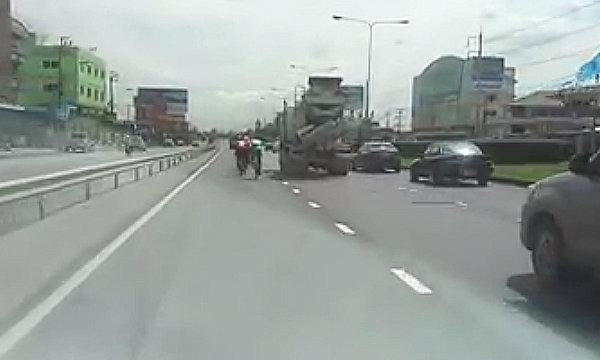 โซเชียลแห่แชร์ คลิปจากใจรถใหญ่ เตือนจักรยานปั่นบนเส้นทางหลัก