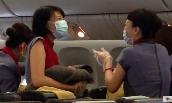 ตื่นเต้นทั้งลำ! หญิงท้องแก่น้ำเดินบนเครื่องบิน ทำคลอดกลางอากาศ