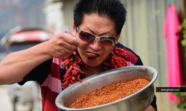 """ห้ามเลียนแบบ! ชายชาวจีนเขมือบ """"พริก"""" วันละ 2.5 กก."""