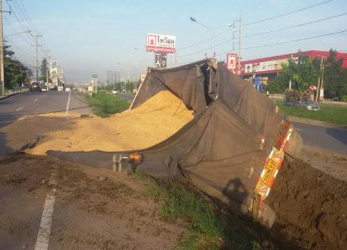 18ล้อตกร่องถนนศาลายาถั่วเหลืองเทกระจาด
