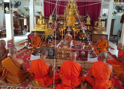 ชมรมพระเพชรบุรีทำปฏิทินมหามงคลปี59