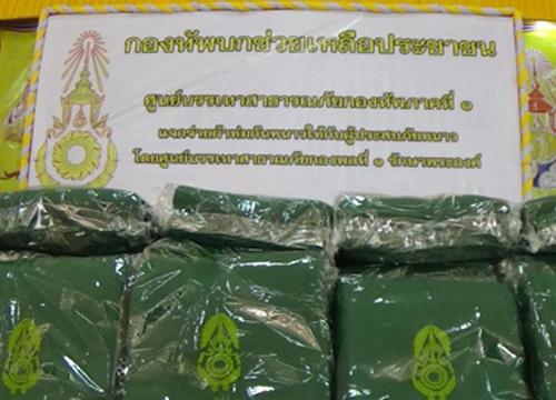 ทหารแจกกผ้าห่มผู้ยากไร้อ่างทองแก้หนาว