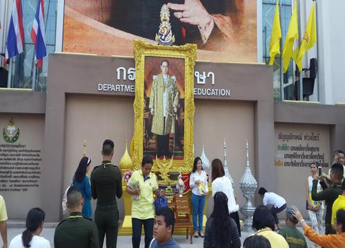ปชช.ทยอยเดินกลับแล้วหลังรับเสื้อพระราชทาน
