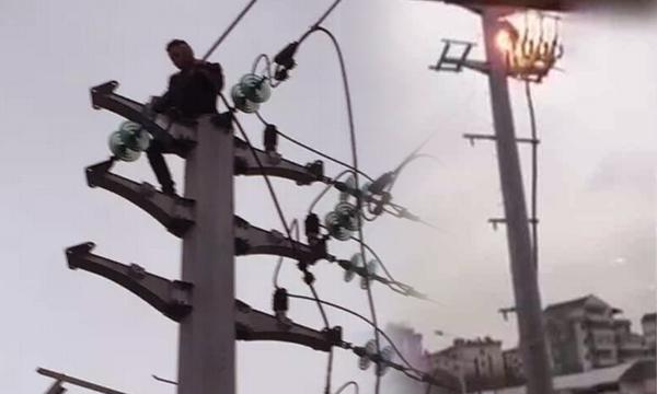 นาทีสยอง หนุ่มจีนปีนเสาไฟประชดแฟน ช็อตไฟลุก-ร่างตกพื้น