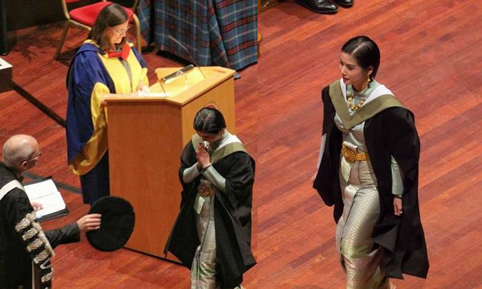 งามอย่างไทย! พญ.สวมชุดไทยรับปริญญาที่สกอตแลนด์