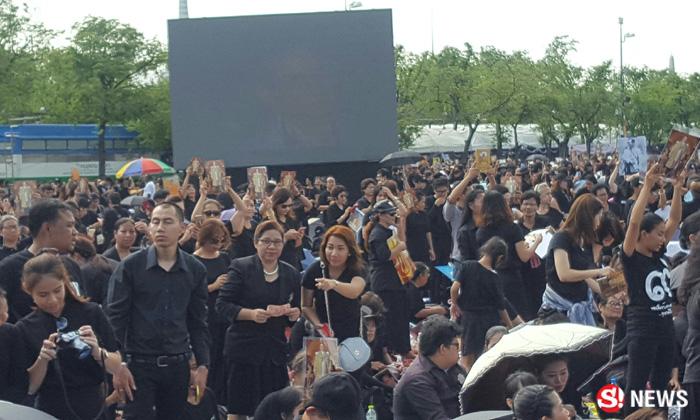 คนไทยแน่นสนามหลวง ทยอยร่วมร้องเพลงสรรเสริญฯ อาลัยพ่อ
