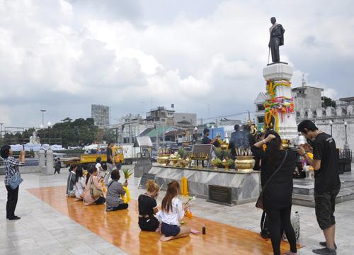 ทั่วไทยร่วมด้วยช่วยกันแสดงความอาลัยในหลวง