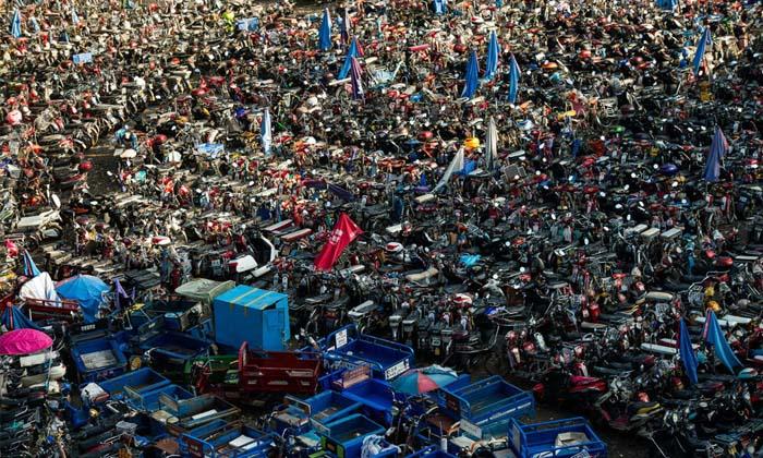 แน่นเอี๊ยด ตำรวจจราจรจีนยึดจักรยานไฟฟ้า จอดเก็บแทบล้นลานจอด