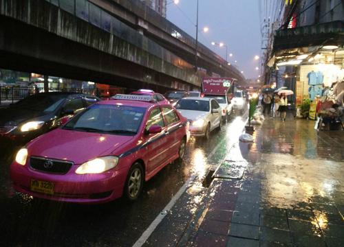 ฝนถล่มหนักกทม.ในหลายจุดรามคำแหงอ่วม