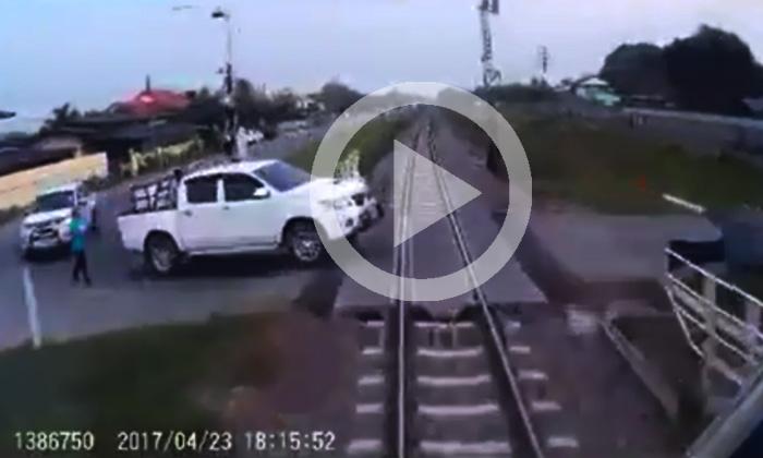 เผยคลิป กระบะจอดขวางทางรถไฟ สุดท้ายถูกชนพังยับ