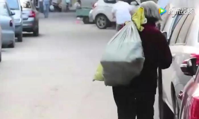 คุณยายวัย 74 สู้ชีวิต หาบผัก 30 กก.ขายหาเงินใช้หนี้แทนลูก
