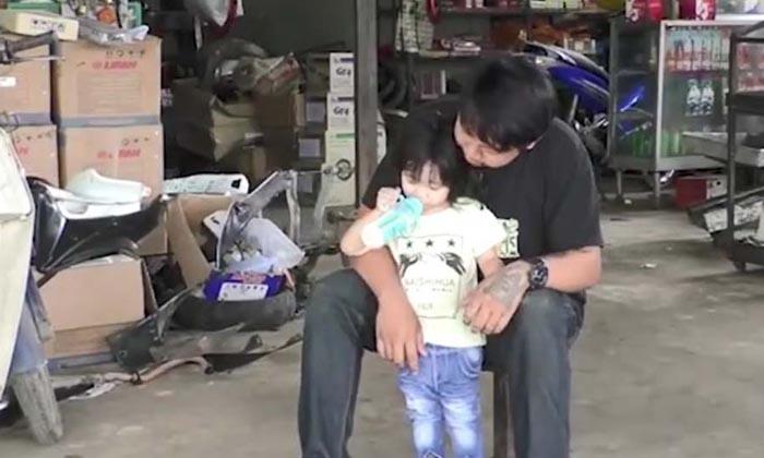 สุดน่ารัก ! พ่อขออาจารย์พาลูกสาวเข้าสอบ เผยยังรักกันดีกับภรรยา