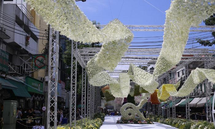 """""""ดอกไม้เพื่อพ่อ"""" อุโมงค์ดอกไม้ยาว 400 ม. ที่ปากคลองตลาด เปิดให้เข้าชมแล้ว"""