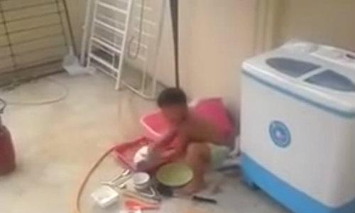 ดังข้ามคืน! คลิปเด็กชายล้างจานไป บ่น(แม่)ไป
