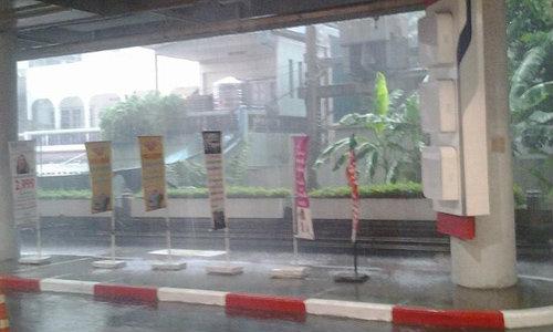 ฝนถล่มกรุง! รามลาดพร้าวพระราม 4 น้ำท่วมขัง
