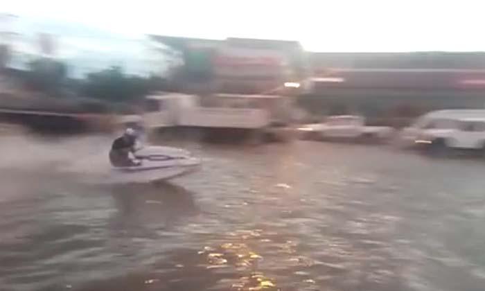 คนเมืองเพชรฯ แก้เครียด ซิ่งเจ็ตสกีบนถนนประชดน้ำท่วม