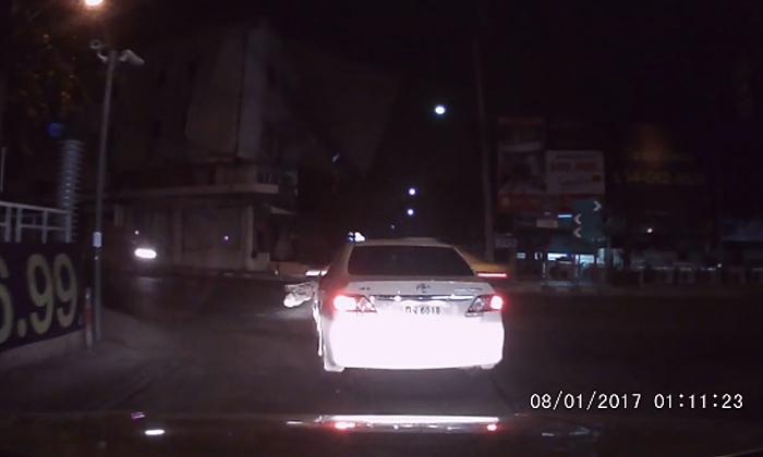 คลิประทึก พลเมืองดีขับตามรถชนแล้วหนี เจอไล่ยิงเผ่นแทบไม่ทัน