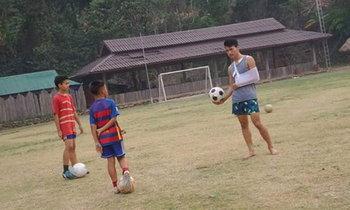 """เพราะฟุตบอลคือชีวิต! ''อานนท์ อมรเลิศศักดิ์"""" ฝึกสอนเด็กบนดอยทั้งๆที่ใส่เฝือก (อัลบั้ม)"""