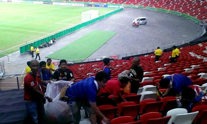 สื่อสิงคโปร์ตีข่าว ชมแฟนบอลไทย เก็บขยะหลังเกม