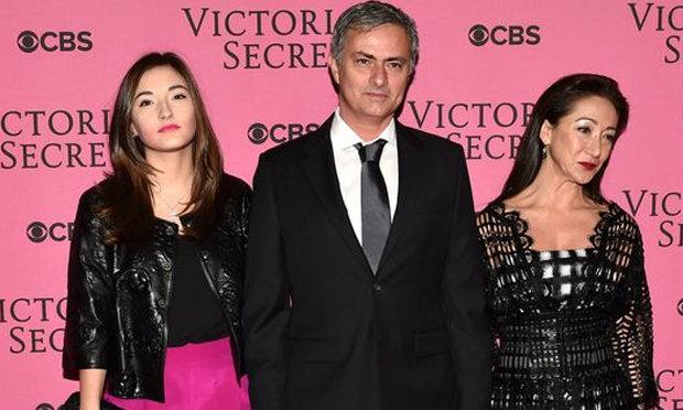 ซักชุดมั้ย! เฮียมูควงลูกเมียชมแฟชั่นโชว์ Victoria's Secret