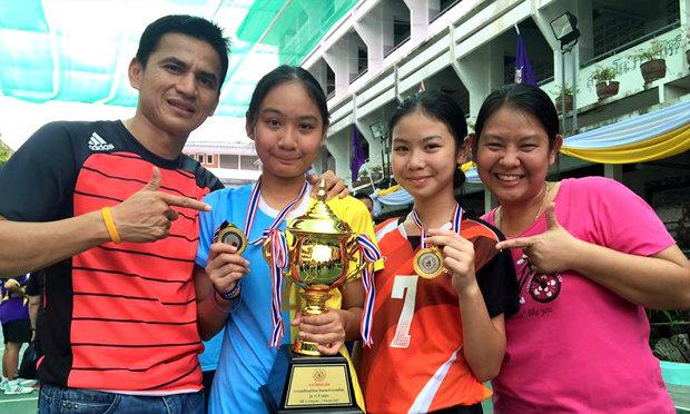 """ไม่ธรรมดา! """"น้องเพิร์ธ ควง น้องพราวด์"""" ลูกสาวซิโก้ คว้าแชมป์แชร์บอลชิงแชมป์ประเทศไทย"""