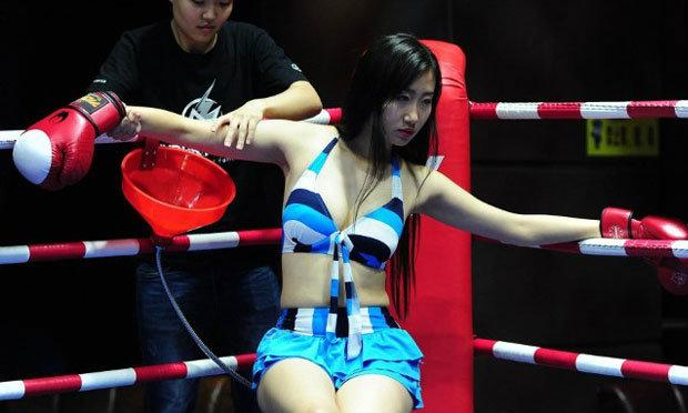 ต่อยด้วยดิ! นักมวยหญิงสุดเซ็กซี่ใส่บิกินี่ฟาดปากกันในบาร์จีน